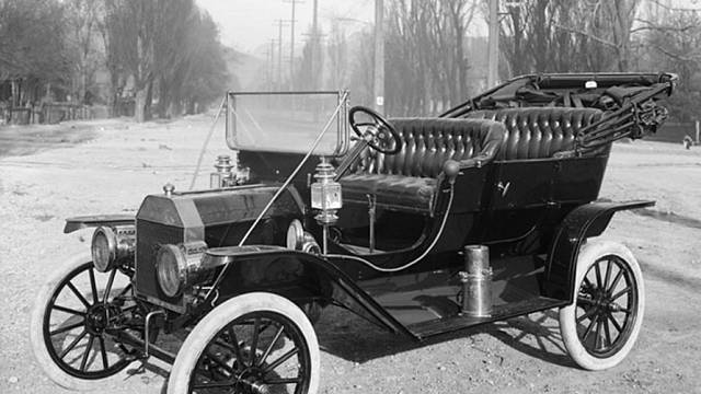Ford model T z roku 1910.