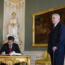 Český prezident Miloš Zeman se svým čínským protějškem Si Ťin-pchingem během jeho březnové návštěvy ČR