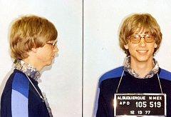 Policejní fotografie Billa Gatese z roku 1977 po spáchání dopravního přestupku v Novém Mexiku