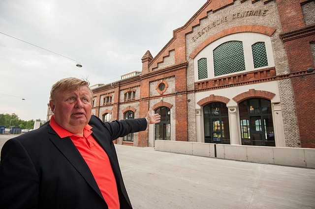 Jan Světlík představuje zástupcům médií rekonstruovaný areál Trojhalí v Ostravě.