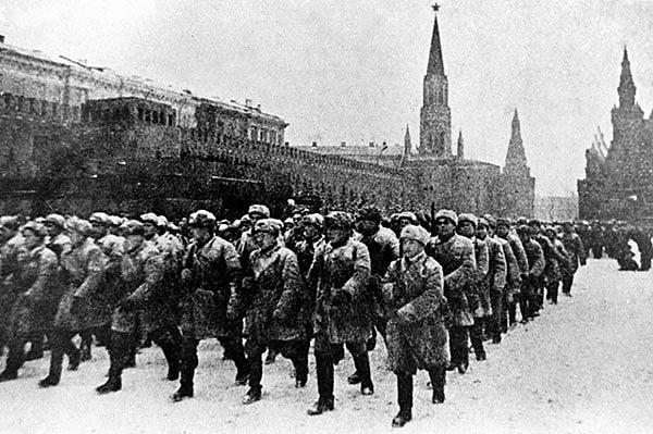 Před bitvou oruskou metropoli vlistopadu 1941Stalin povolal divize ze Sibiře a Dálného východu.