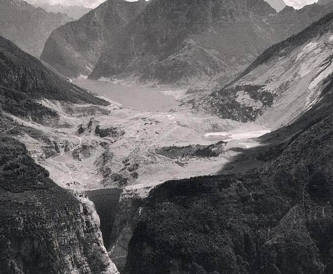 Letecký snímek přehrady Vajont krátce po katastrofě.