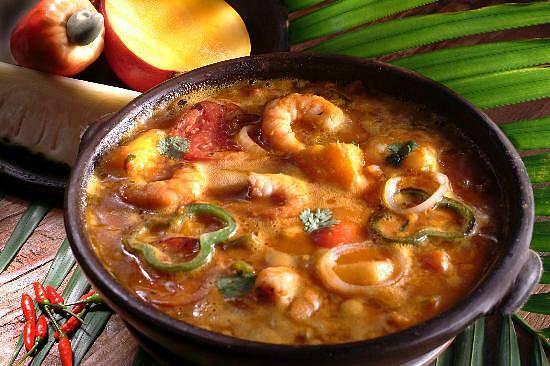 Moqueca neboli mořská ryba v kokosovém mléku, rajčata, cibule, česnek, koriandr a palmový olej. To vše pomalu uvařeno ve speciální míse a podávané s krevetami nebo vykostěnými rybami podle chuti. Tento recept původně pochází z jihovýchodní Brazílie.