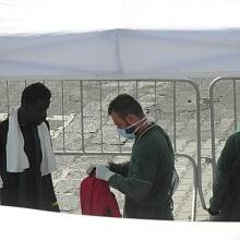 Afričtí migranti v přístavu v Catanii
