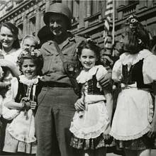 Mezi prvními spojeneckými vojáky, kteří dorazili již 7. května 1945 do Příbrami, byli příslušníci průzkumu 4. tankové divize 3. americké armády. Na snímku před budovou příbramské radnice