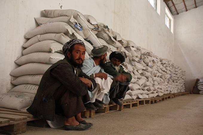 Oběti přírodních katastrof vAfghánistánu dostávají od světových humanitárních organizací také hmotnou a potravinovou pomoc. Člověk vtísni poskytl za 15 let svého působení vAfghánistánu takovou pomoc již 140379 lidem vnouzi.