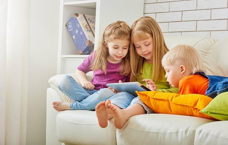 Nadpoloviční podíl školáků přiznává, že komunikuje s kamarády, sleduje videa či hraje počítačové hry více než dvě hodiny denně.