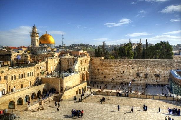 Stát Izrael byl ustaven vroce 1948jako místo, kde Židé mohou žít na vlastním území tak jako ve starověku. Jenže stát se Židem není totéž, jako stát se občanem – proto dodnes existují spory, jestli Izrael je židovský stát, nebo stát občanů Izraele.