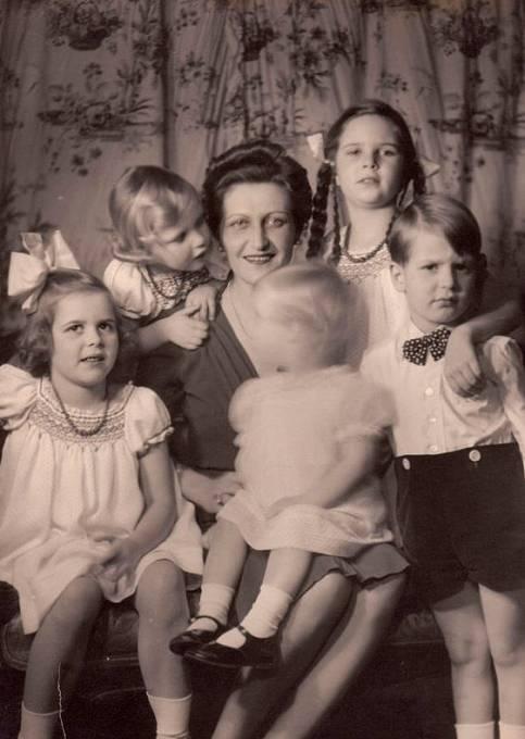 Magda Goebbelsová s dětmi