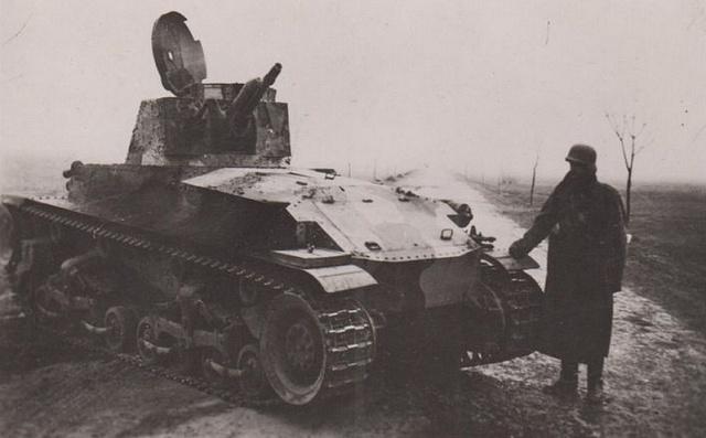 Československý tank vz. 35 zasažený na Podkarpatské Rusi