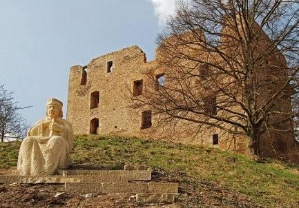 Socha Mistra Jana Husa před hradem Krakovec na Rakovnicku, kde reformátor pobýval těsně před odchodem do Kostnice.