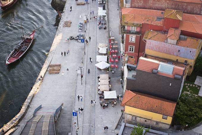 Nábřeží řeky Douro, pohled z mostu Ponte Luis I