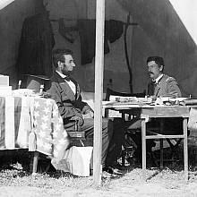 Americký prezident Abraham Lincoln s generálem Georgem B. McClellanem ve stanu poblíž bitevního pole u Antietamu