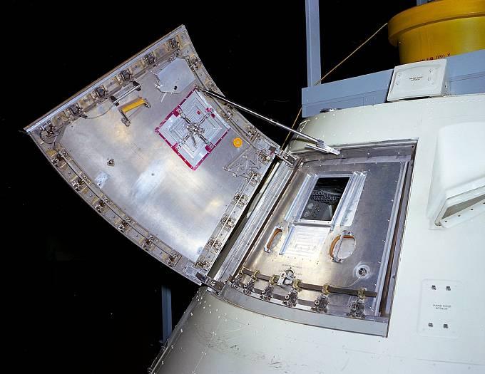 Dvojitý systém dveří Apolla 1, který znemožnil jejich rychlé otevření