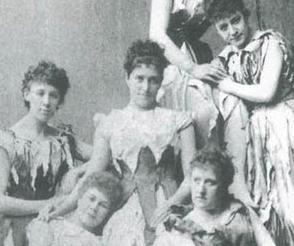 Herečka Carrie Pringle, na snímku vlevo
