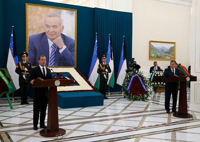Smutečního obřadu 3. září v Samarkandu se zúčastnil i ruský premiér Dmitrij Medvěděv. Vpravo uzbecký premiér Šavkat Mirzojev.