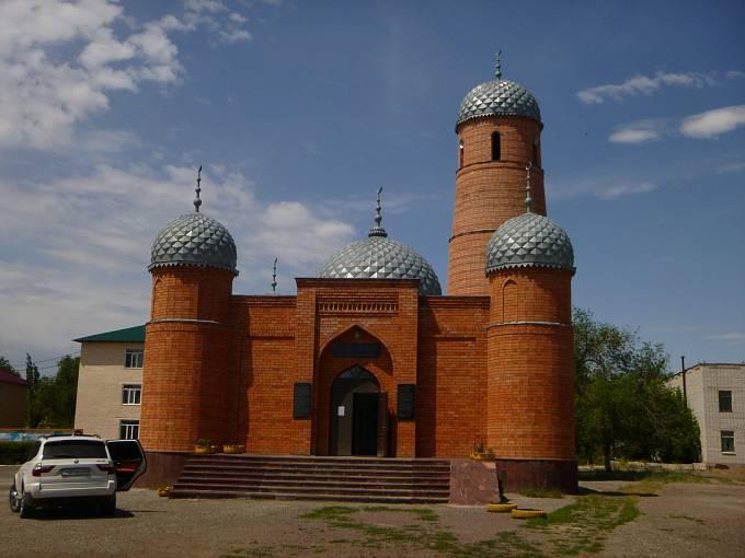 Ve většině měst a vesnic vyrostly nové mešity, sponzorované prý často Saúdskou Arábii. Tato je ve vesnici Lepsi pod Balchašským jezerem.