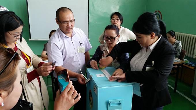 Volební komise během přípravy na mobilní hlasování