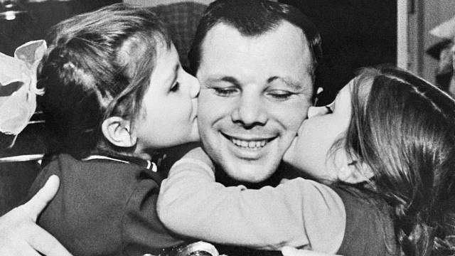Jurij Gagarin se svými dcerami