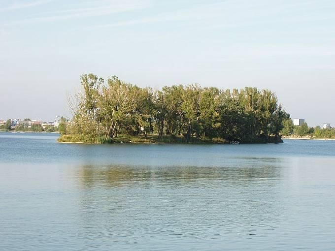 Letoun dopadl do jezera v rekreačním areálu Zlaté piesky.