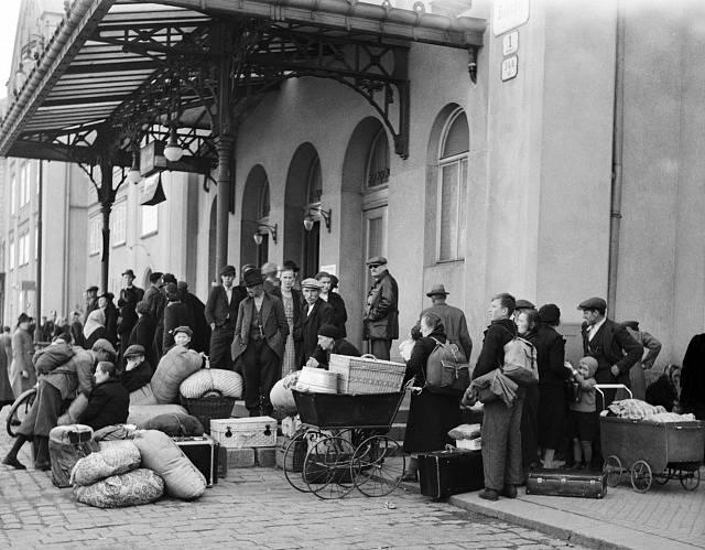 Příliv lidí z pohraničí na Masarykově nádraží v Praze