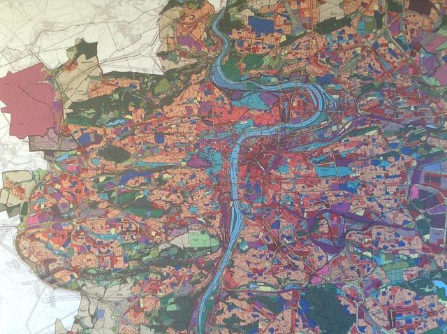 Zatím poslední schválený územní plán Prahy zroku 1998dělí město na stovky zón podle funkce. Měl platit 10let, bude však zřejmě platit mnohem déle