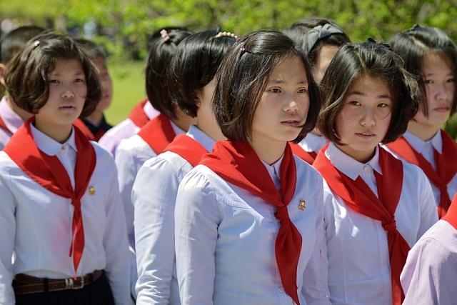 Uniformita je vidět ina účesech mladých dívek.