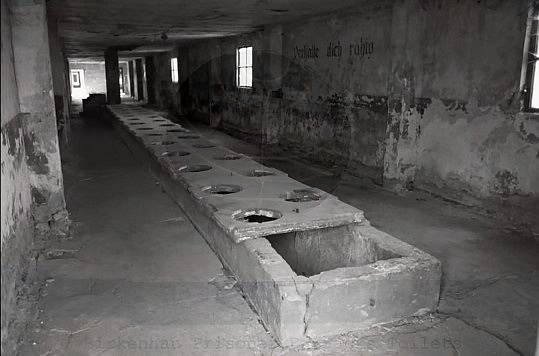 Vězeňské toalety v osvětimském táboře