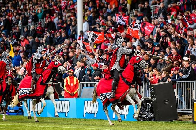 Domácí zápasy Křižáků zahajuje většinou slavnostní projížďka jezdců v kostýmech evokujících řádové rytíře