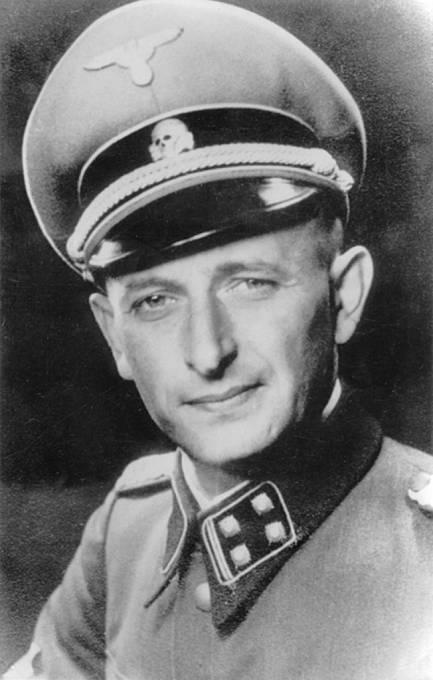Adolf Eichmann v roce 1942 jako šéf Reichssicherheitshauptamtu, říšské bezpečnostní služby organizující holocaust