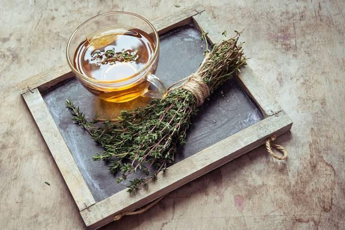 Klasickou léčbu kašle představují odvary z bylinek, například z tymiánu.