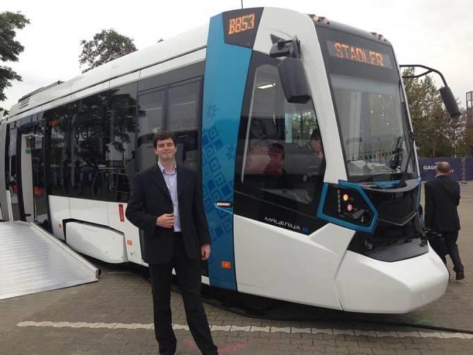 Jan Plomer při prezentaci prototypu tramvaje Stadler, jejíž vývoj vedl