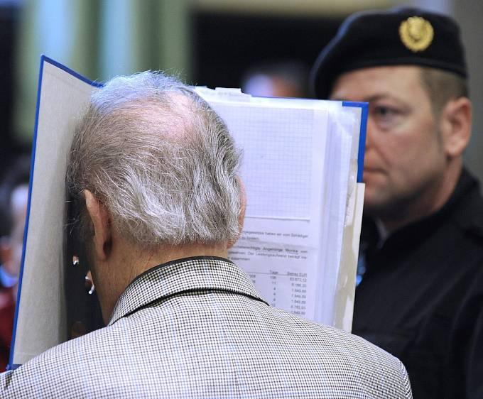 Fritzl si během soudu směl zakrýt obličej modrými deskami