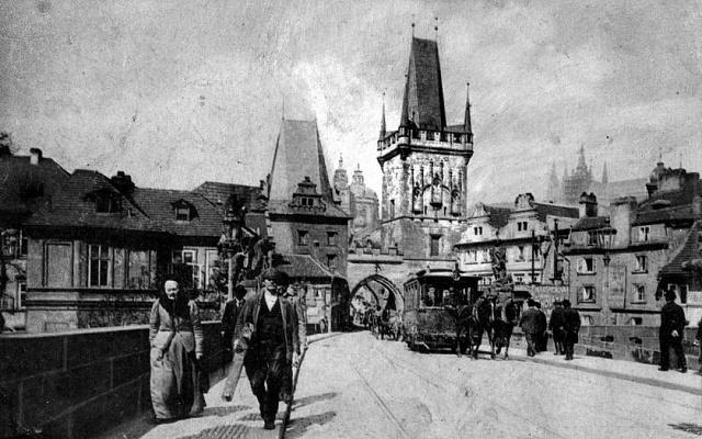 Tramvaje, které vroce 1905vyjely na pražský Karlův most, se díky Františku Křižíkovi obešly bez nevzhledného trolejového vedení. Křižík vymyslel spodní přívod proudu.