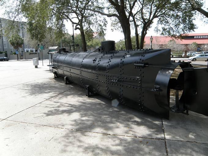 Replika ponorky včetně torpéda je dnes vystavena v Charlestonu
