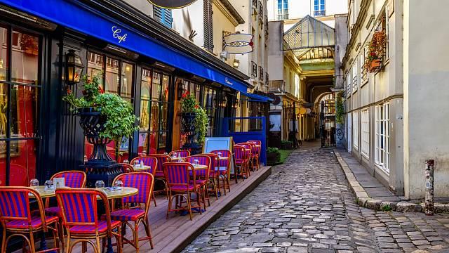 Paříž chce zakázat pronájmy přes Airbnb ve svém centru