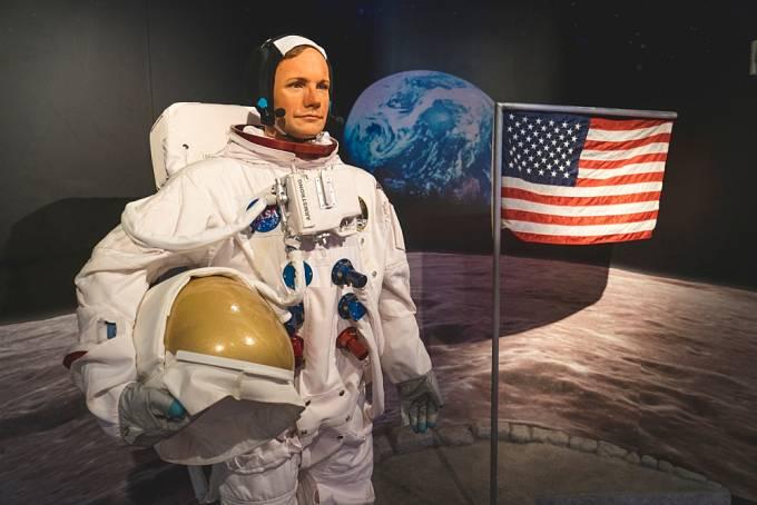 Pochybovači se ptají, jak mohla vlát na Měsíci americká vlajka, když tu není vítr? Ale ona nevlála.
