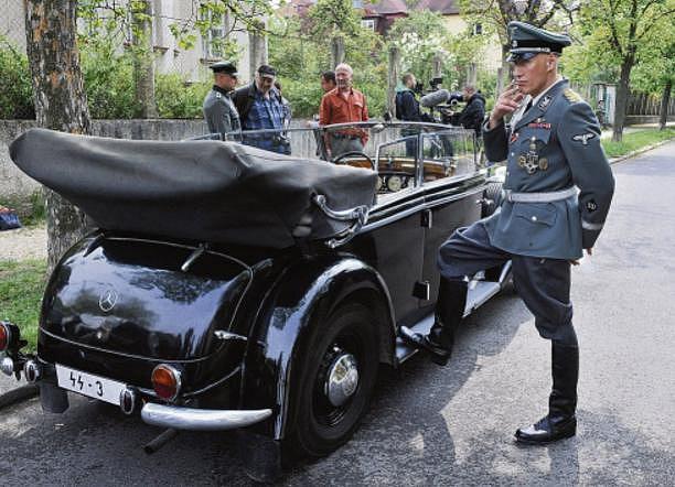 Filmový Heydrich, herec Detlef Bothe, vedle limuzíny – pauza při natáčení Anthropoidu