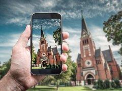 Mobilní aplikace nahrazují klasické mše v kostelech