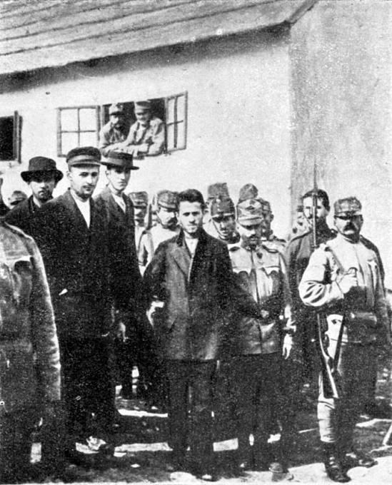 Gavrilo Princip v doprovodu eskorty, míří k soudu