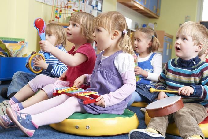 Děti vedené k hudbě mívají lepší prospěch ve škole.