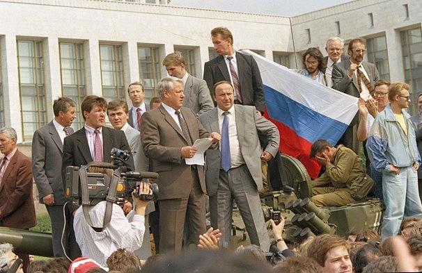 Novopečený ruský prezident Boris Jelcin se v srpnu 1991 postavil proti antigorbačovovskému puči