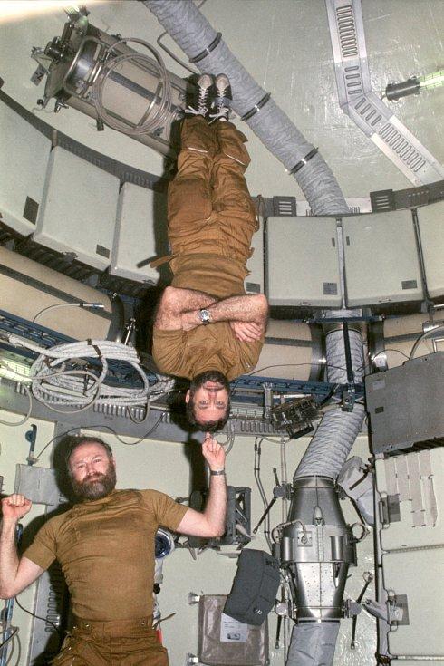 Astronaut Gerald P. Carr předvádí nulovou gravitaci