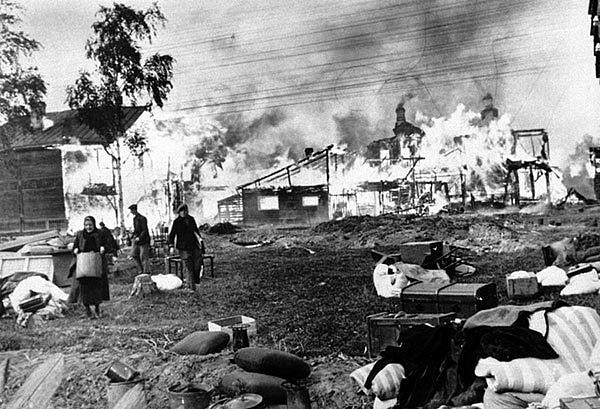 Po vzoru někdejšího ústupu před Napoleonem Sověti zapalovali před nacistickými vojsky vesnice.