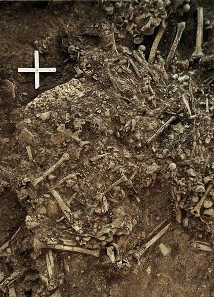 Masový hrob ve švédském Frälsegårdenu, ve kterém byly objeveny pozůstatky ženy nakažené morem.