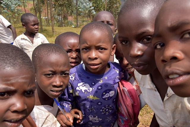 Kvalitní a dostupné vzdělání je jednou z cest z chudoby. Ta ohrožuje v Kongu až 65 % populace. Tito lidé žijí denně za méně než v přepočtu 25 korun. Pod 80 korun na den žije podle statistik 90 % populace.