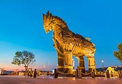 """Kůň, který si """"zahrál"""" v hollywoodském velkofilmu Troja z roku 2004, dnes stojí v tureckém městě Canakkale."""