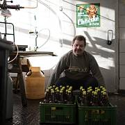 Zaměstnanci pivovaru patří mezi hendikepované, ale řadu činností zvládnou