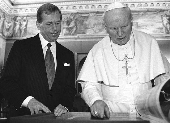 Papež Jan Pavel II. s českým prezidentem Václavem Havlem se významně zasloužili o sérii polistopadových gest lítosti katolíků nad Husovou smrtí.