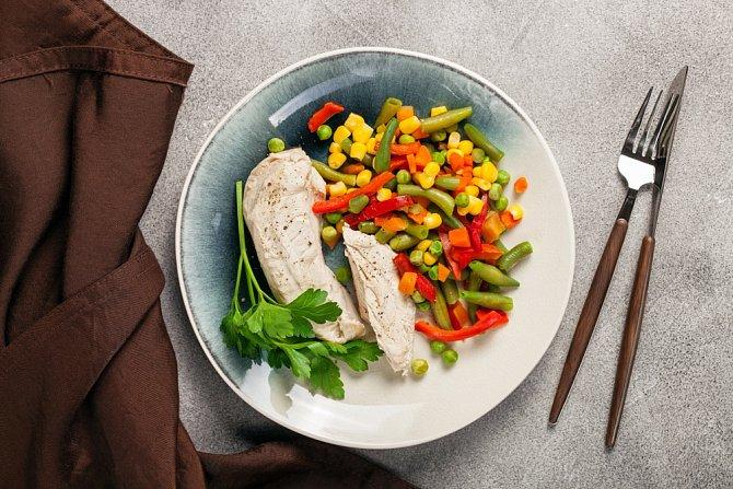 Kuře se zeleninou připravené v páře